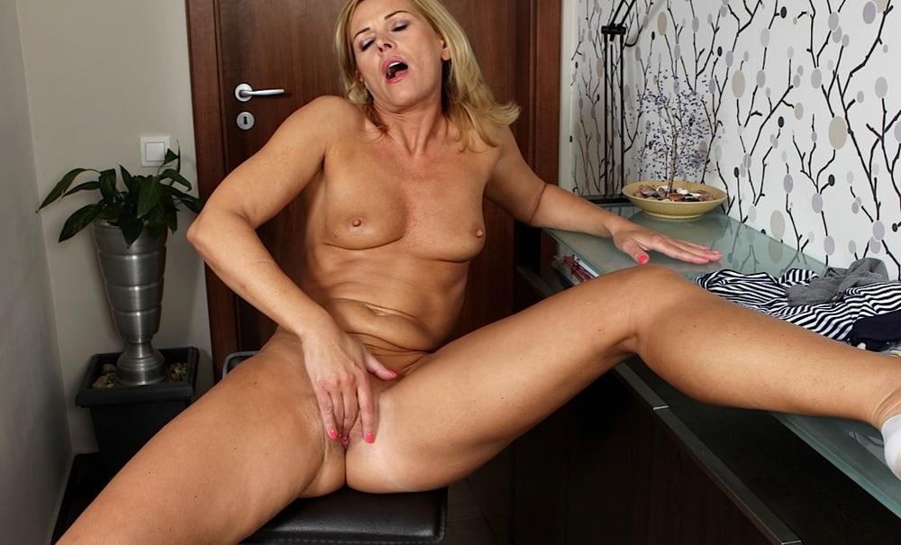 Зрелая женщина мастурбирует на кухне порно фото бесплатно
