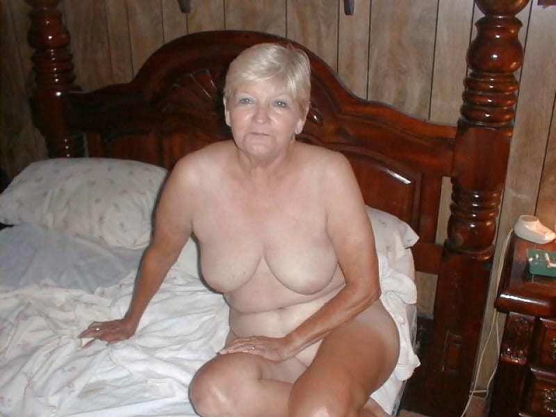 Черных леггинсах пожилые женщины ягодки частное фото ретро