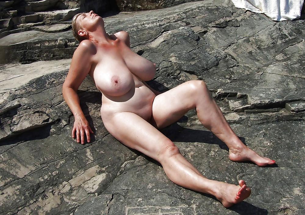 сиськи зрелых на пляже
