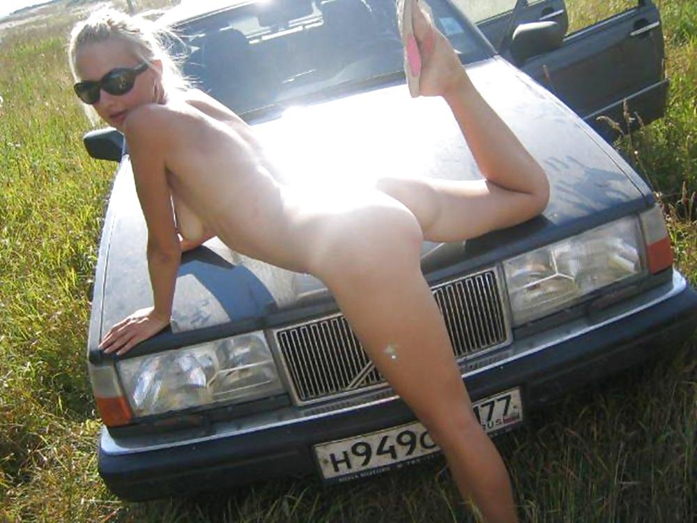 Порно жена позирует на капоте автомобиля