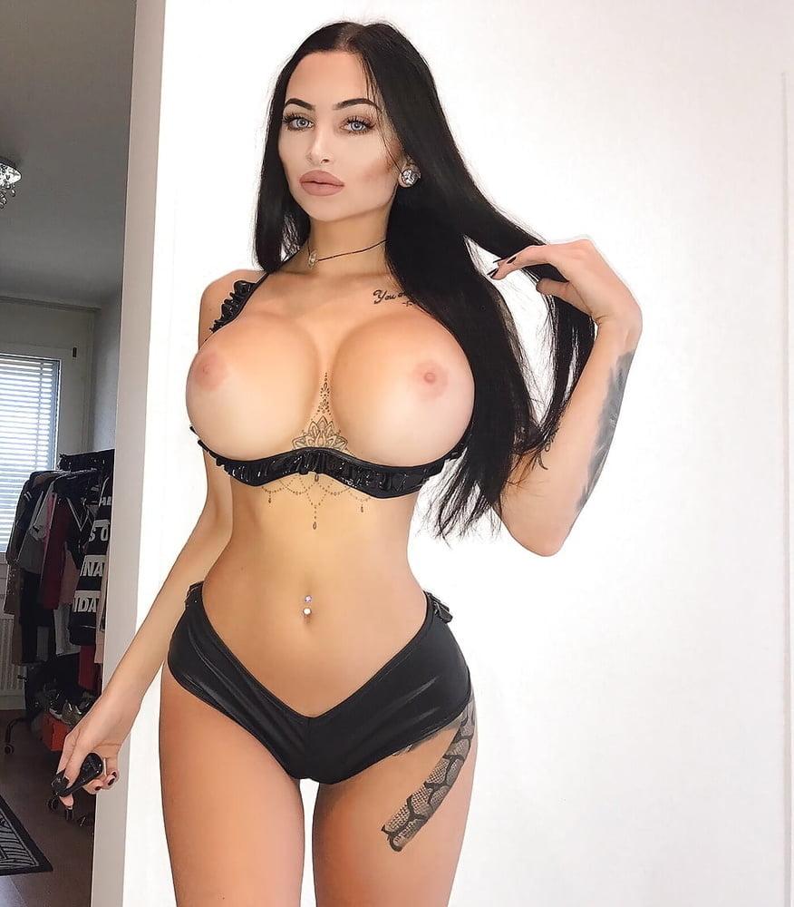 Big ass slut phoenix has an adorable body with sexy titties