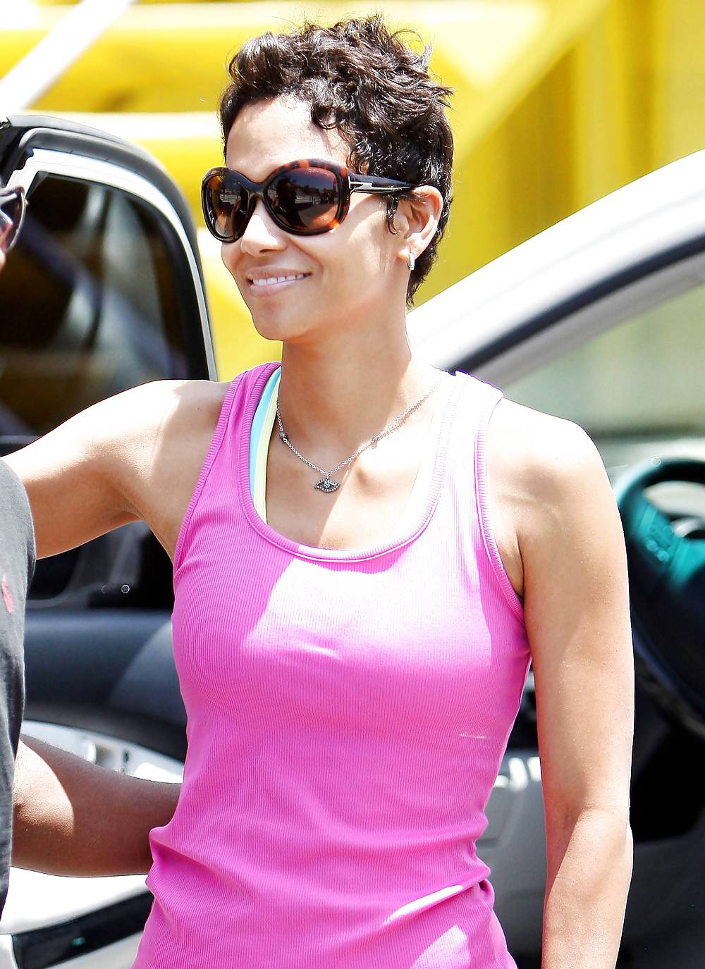 Halle Berry Nice Ass In Tight Youga Pants - 7 Pics -3116