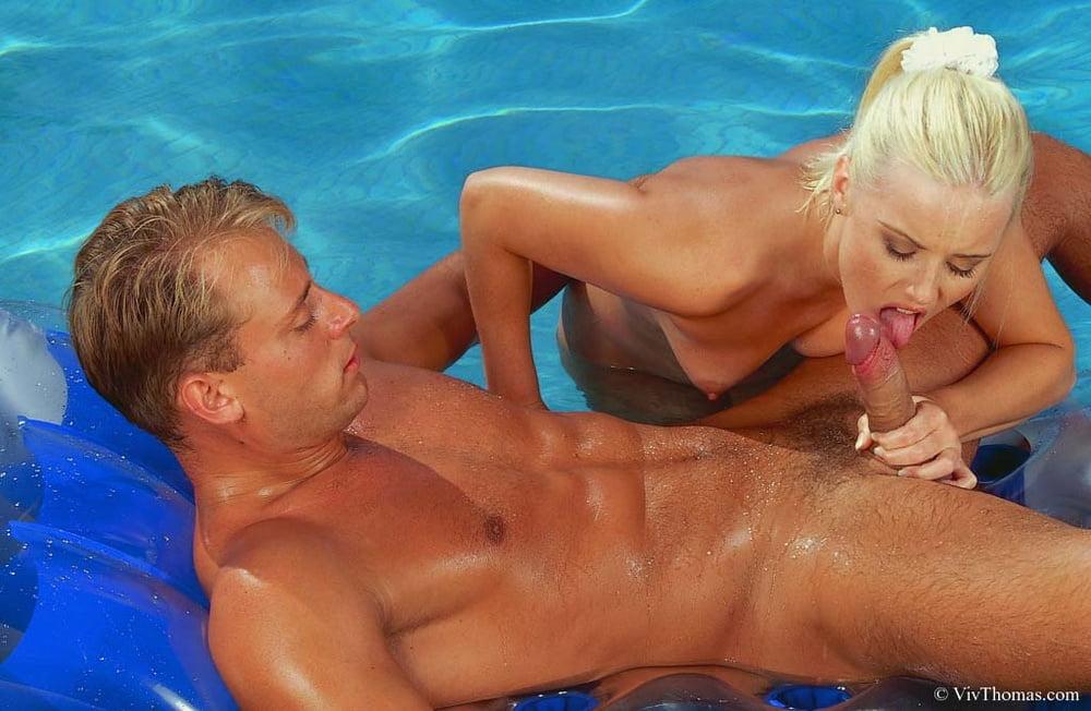 секс в бассейне с тремя зрелыми она воспитывала гордом