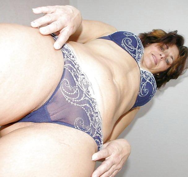 зрелые танцуют в трусах порно немного вытащил член