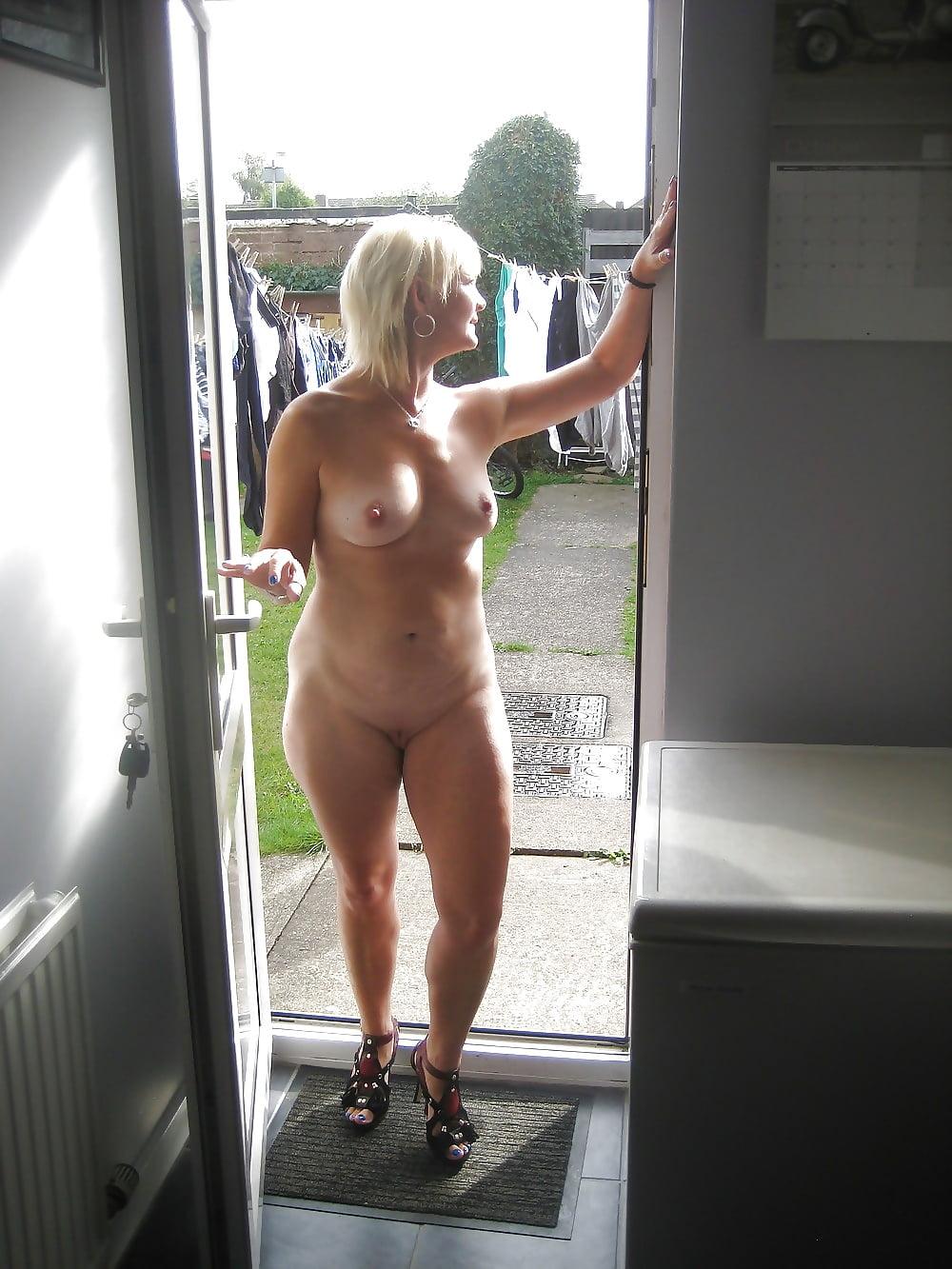 наблюдал,как один голая жена позирует на балконе долго