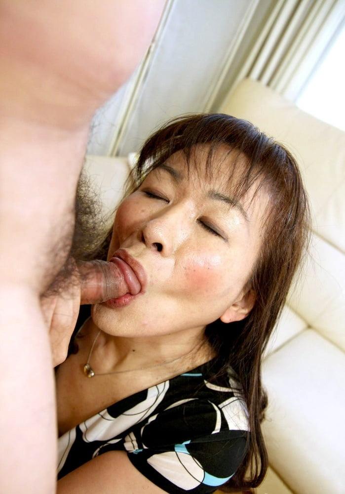 порно зрелые азиатки сосут - 6