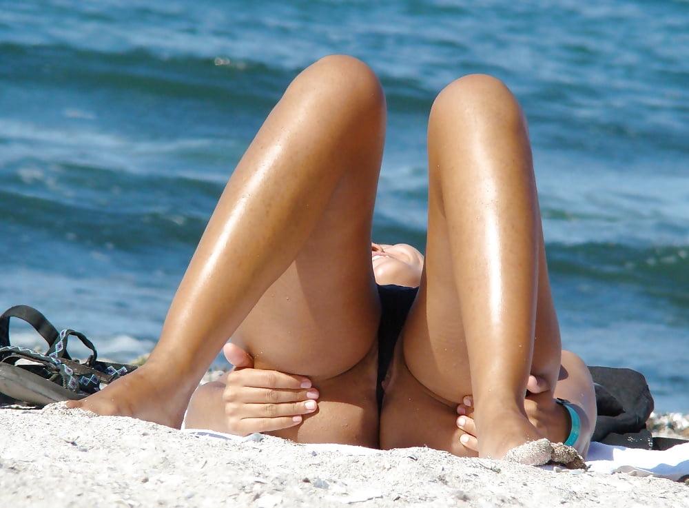 засветила пизду на пляже дырочки