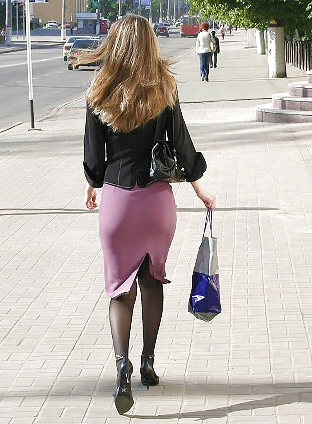 Красивые девушки в юбках делают минет в офисе это