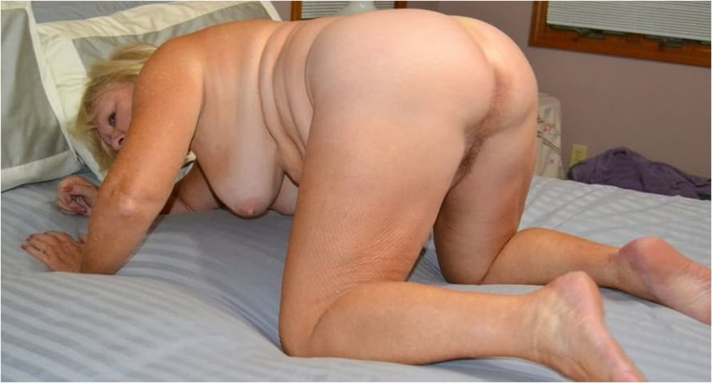 On Her Knees and Ready to Please - 14 Pics