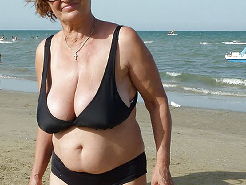 BEACH GranniES BUSTY