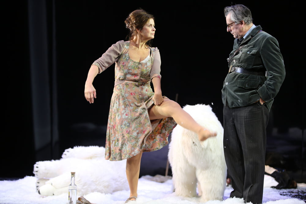 Matures on Theatre Stage - 131 Pics