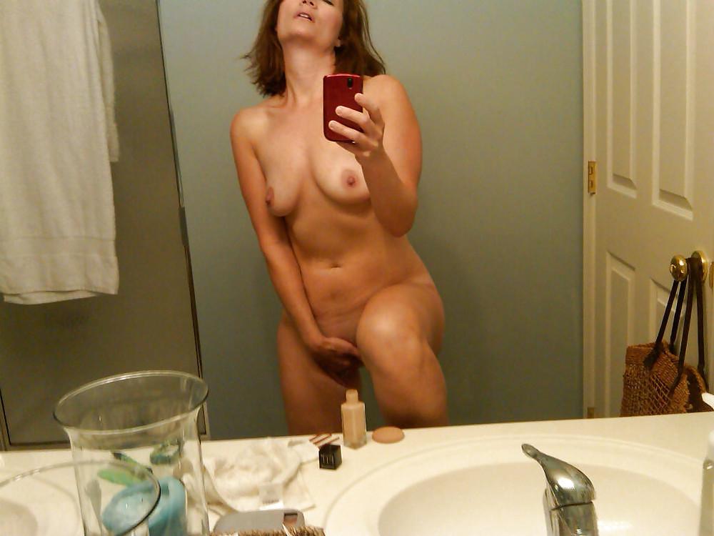nude-mom-with-phone-nude-reguera