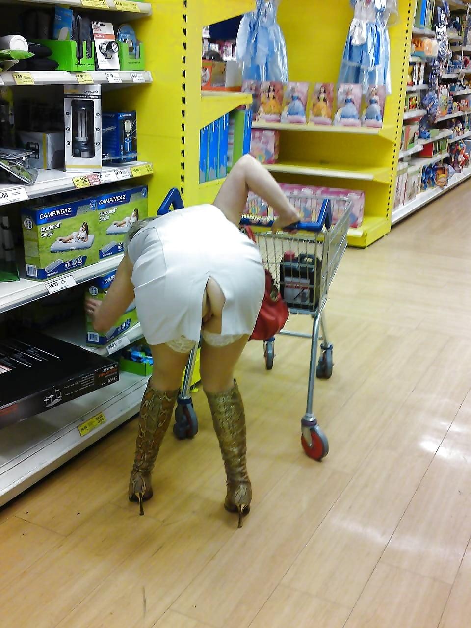 пригнулась в юбке без трусов в магазине - 5