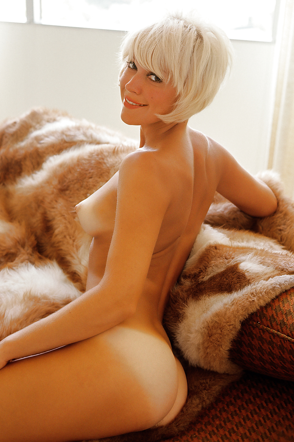 nudes-woman-short-hair-blonde