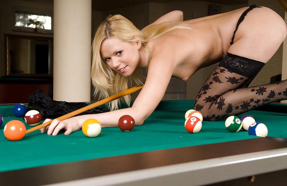 Фото голые играют в бильярд