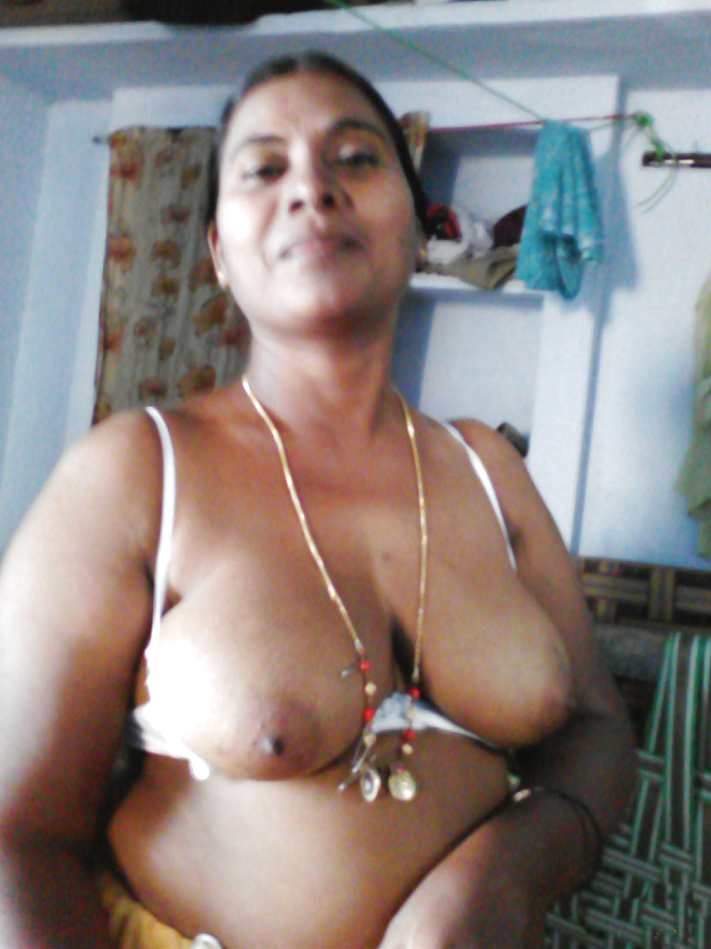 Mallu Maid Exposed Her Busty Figure For Money