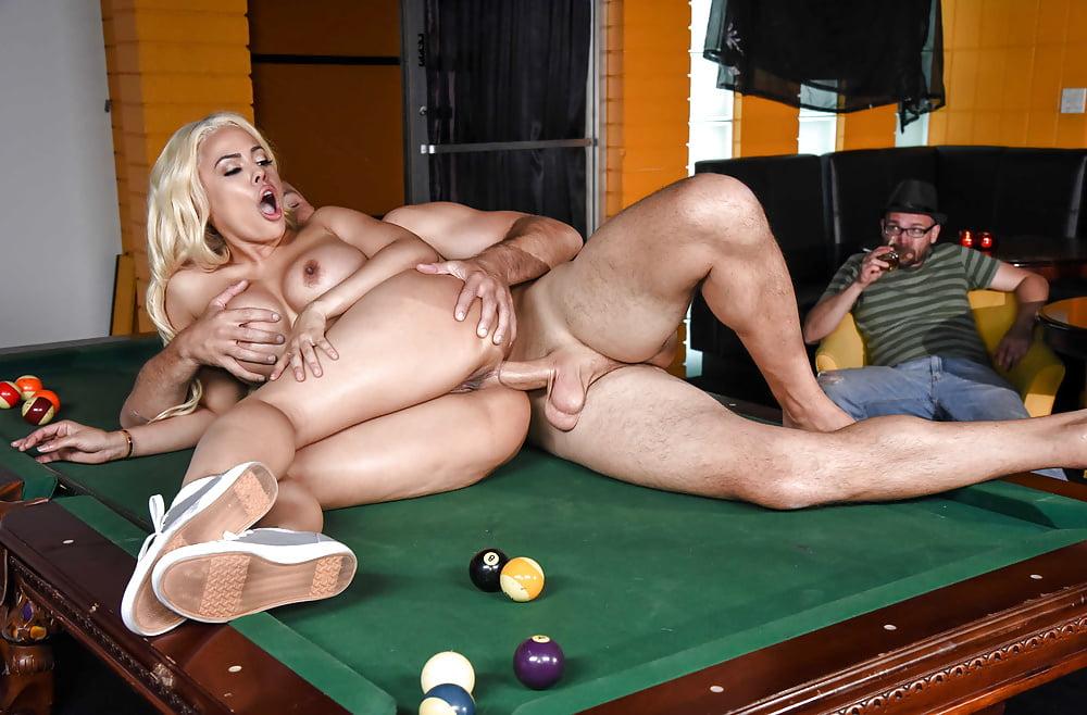 Две девушки и два парня порно видео на бильярдном столе — pic 14
