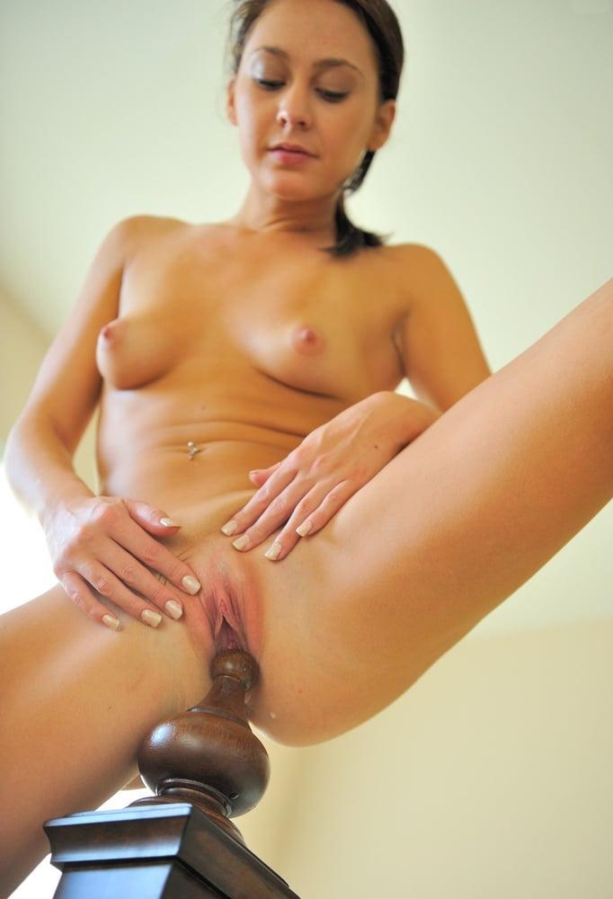 Женщина мастурбирует коробкой