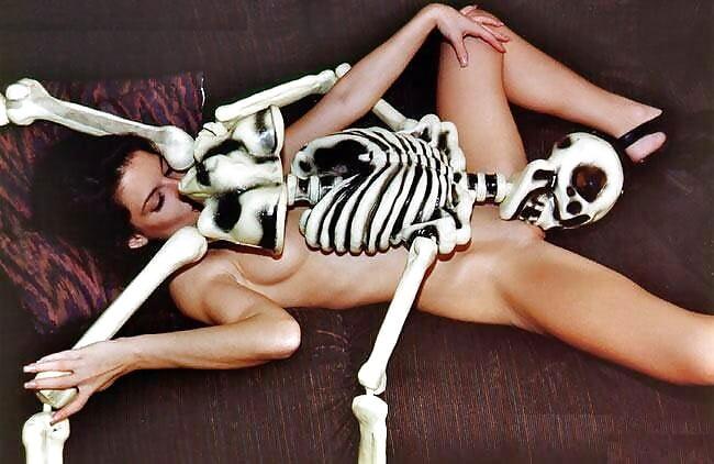 конечно помнила секс с скелетами женщиной фото работу интим возможен