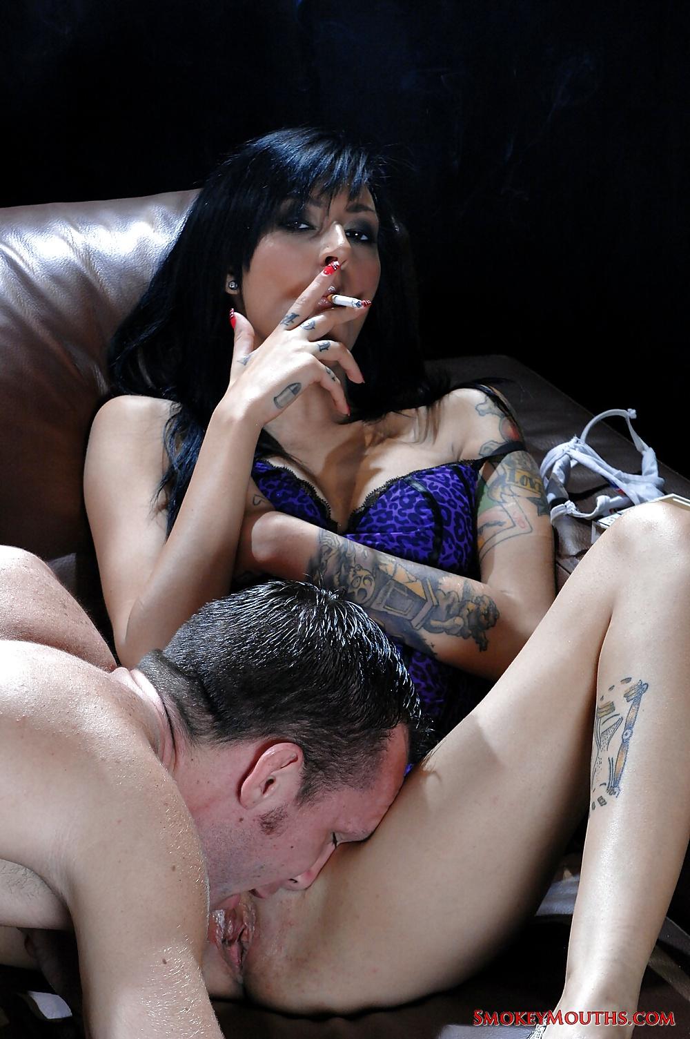 Порно шлюха курит #12