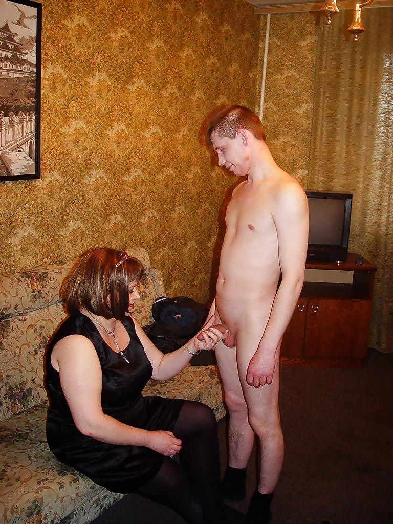 Полная зрелая женщина раздевается перед мужиками — 2