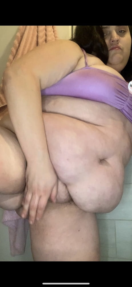 Fatty shave her fat pussy on camera - 6 Pics