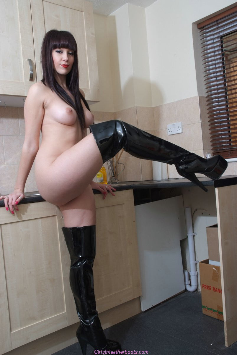 Girls with big boots nackt, college girls masterbating pictures
