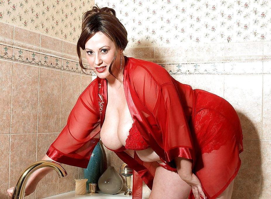 Киска порно грудастая баба в красном халате секси