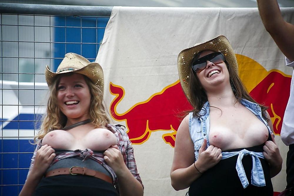 Девушки поднимают майки и показывают грудь порно