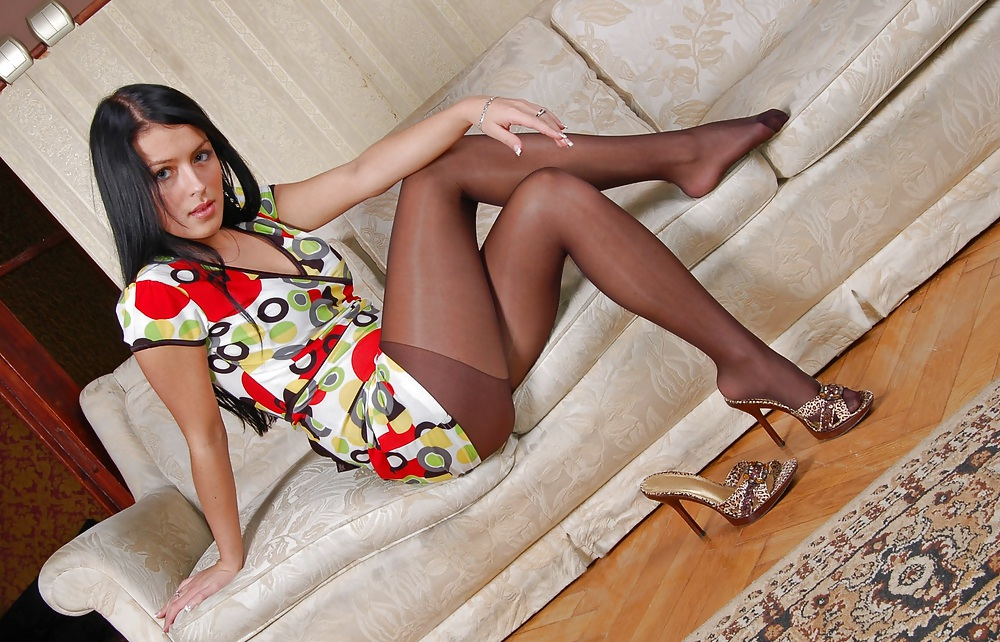 XXX Amateur Woman shows Pantyhosefeet