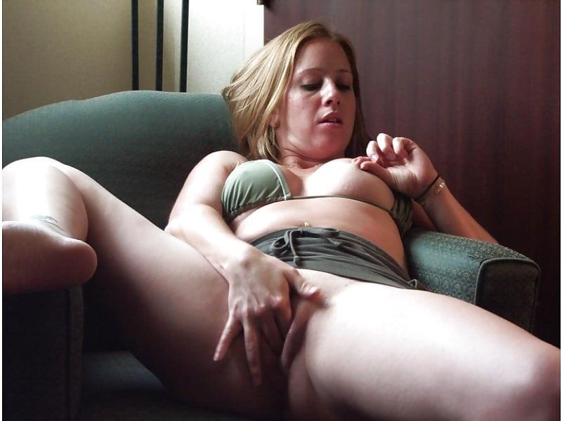 Женщина стесняется мастурбировать, влажные и волосатые эротические фото