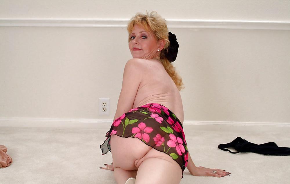 Rita lovely toying her ass