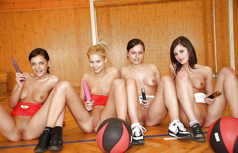 Молодые Играют Голыми