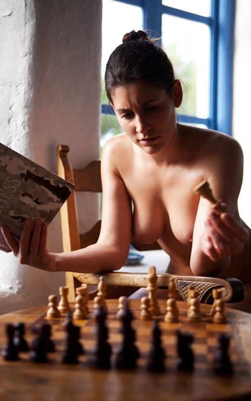 sexy-women-chess-players-nude