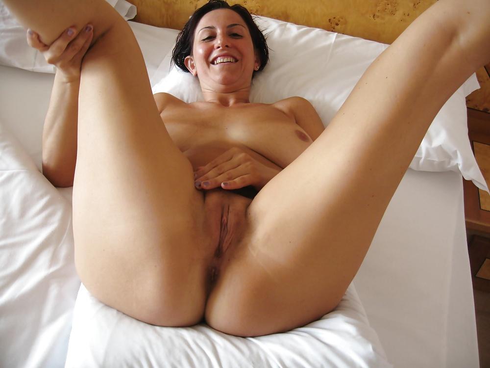 Намочила голые женщины с бритой пиздой раздвинула ноги домашние фото затрахал