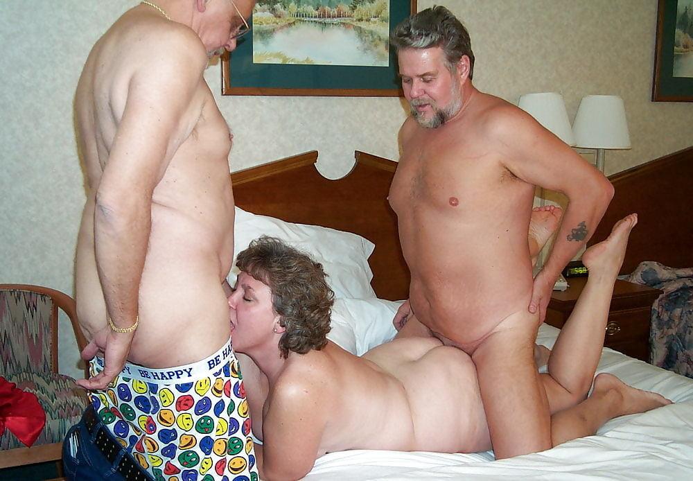 Муж уговорил пожилую жену сняться в групповом порно