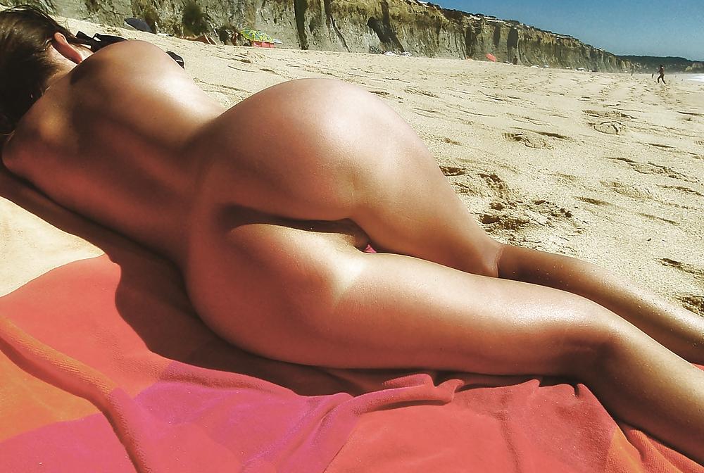 подружка голые попы на пляже говорим