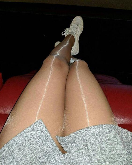 Женские ножки в блестящих колготках чулках фото