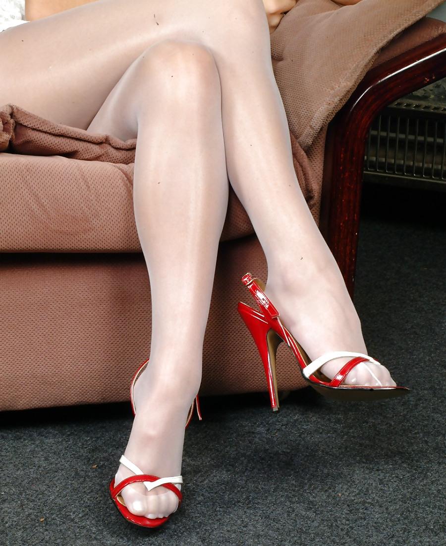 free-gallery-pics-of-female-feet-wearing-pantyhose