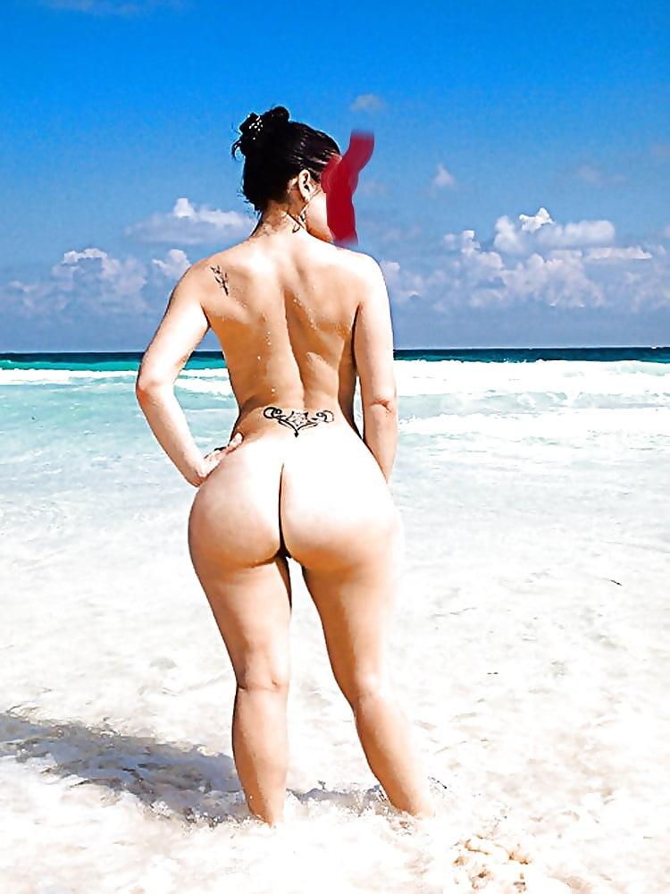 фото девушки на пляже с большими сиськами и жопой фото получа добра ерекция