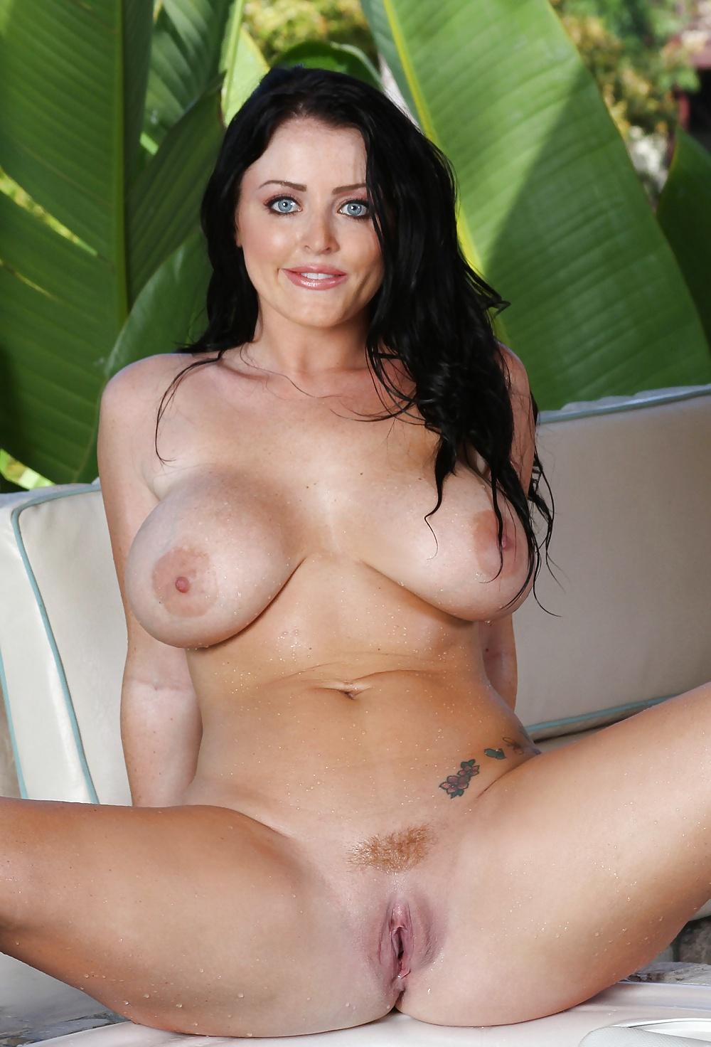 sophie-dee-hot-naked-ladies-looking