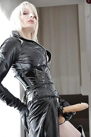 мужчина в женском нижнем белье трахает с страпоном