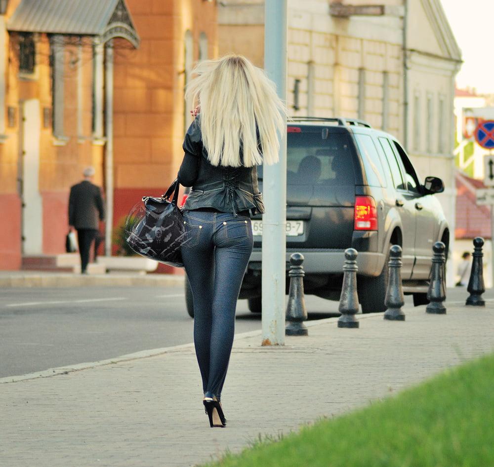 видео поп в джинсах на улице - 4