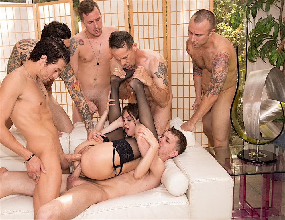 seks-porno-video-ofitsiantku-tolpoy-po-krugu