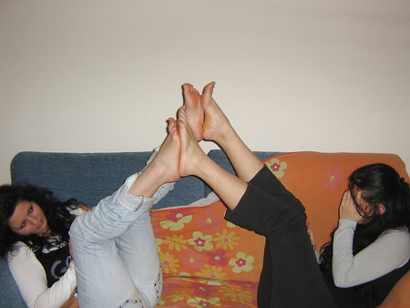laura and alessia feet foot piedi