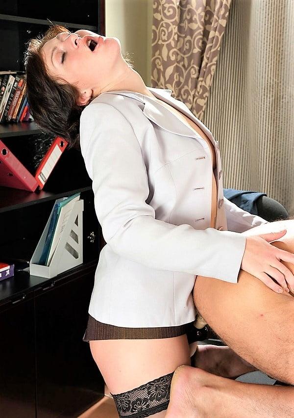 босс пристает к секретарю порно обнаженное