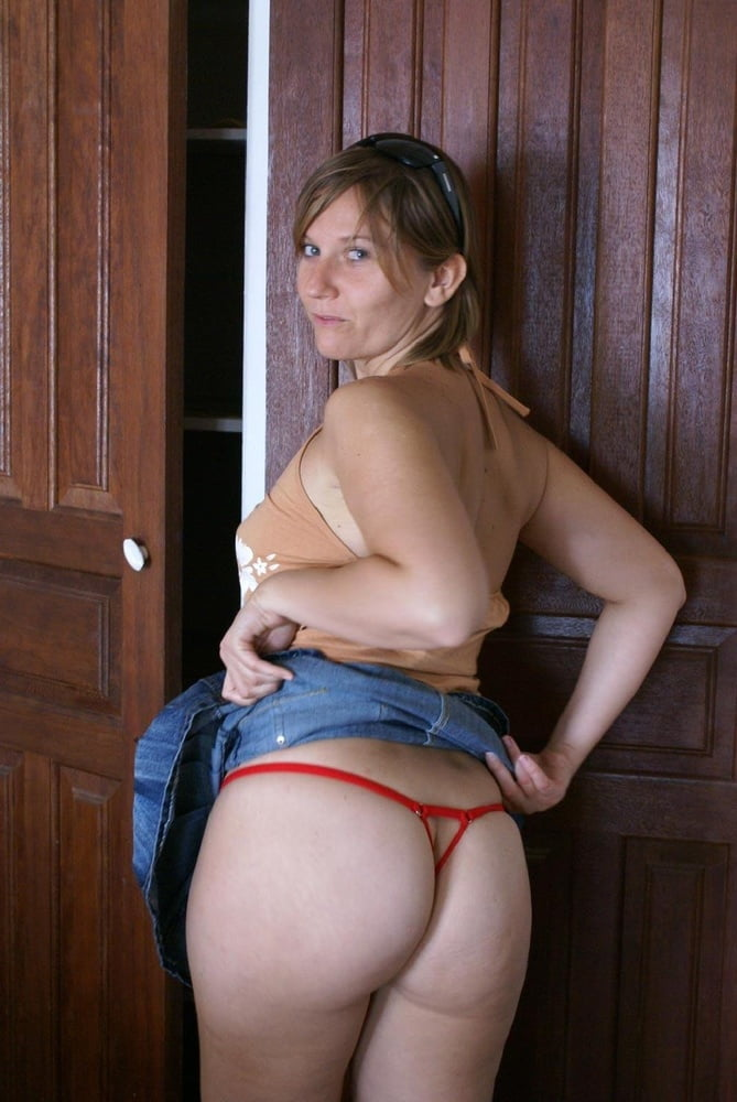 Blond MILF with a great arse - 149 Pics