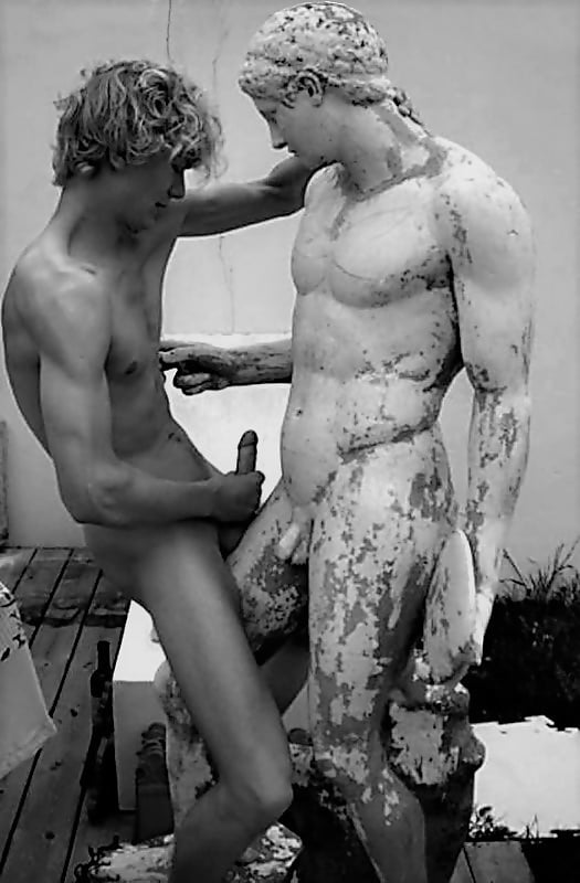 русских телок девушка трахается со статуей приватных