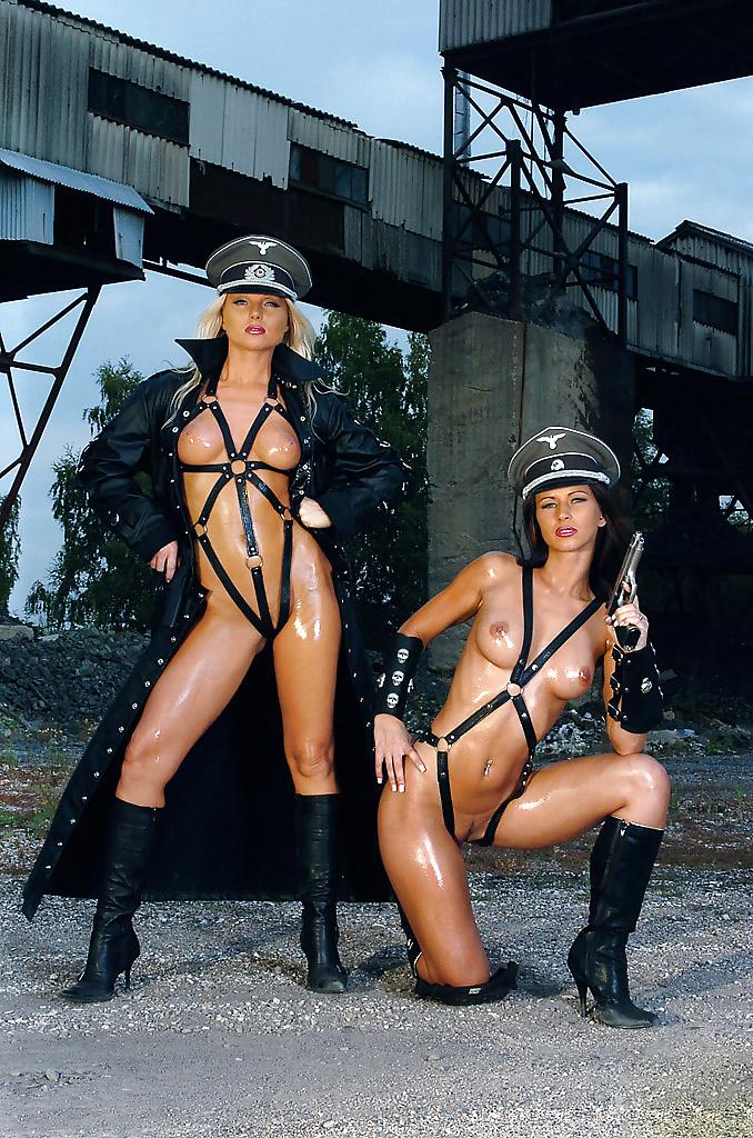 Лесбиянки в полицейской форме