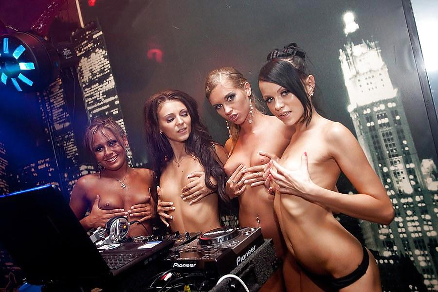 Ночные клубы голые девушки, голые и худые женщины